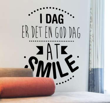 Smile motiverende vægklistermærke, der indeholder inspirationstekst '' i dag er en god dag til at smile '' skabt i en smuk stil. Nemt at anvende design.
