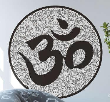 Ein Om Universum Symbol Wandaufkleber mit der Om Universumsaufschrift, die auf  einem sich wiederholenden Mustern der alten Geschichte mit einem grauen Hintergrund sitzt.