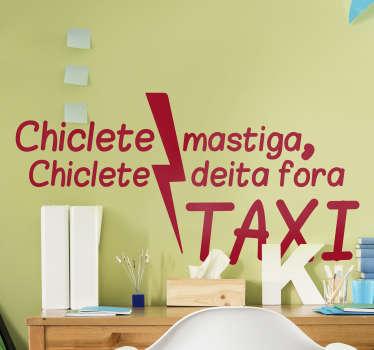 """Torna a tua casa num espaço original e divertido com este fantástico adesivo de letras de canções do refrão da música """"Chiclete"""" dos Táxi."""