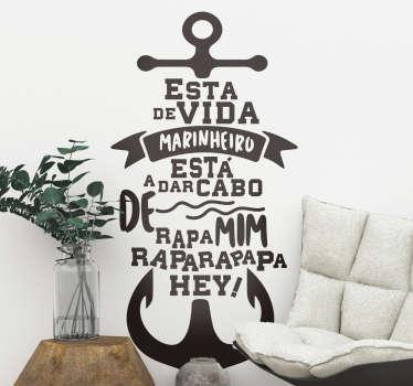 """Torna a decoração da tua casa ainda mais criativa e divertida com este fantástico vinil de letras de canções da música """"Vida de Marinheiro""""!"""