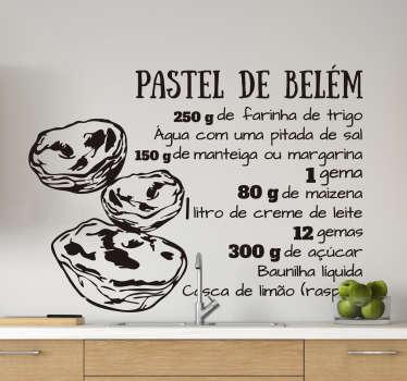 Decora a tua cozinha ou estabelecimento de forma criativa e original com este autocolante decorativo de receitas da receita do famoso Pastel de Belém!