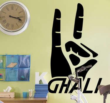 Adesivo da parete simbolo mani di Ghali da soggiorno o da camera da letto. Questo design unico di due dita in aria è facile da applicare sulla superficie.