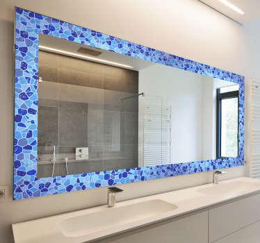 Badkamer spiegel frame zelfklevende sticker die is omlijst met meerdere ruitvormen in blauwe kleur. Dit product geeft je spiegel een mooie definitie.