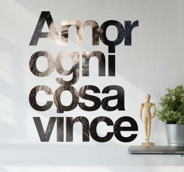 Adesivo con citazione di Leonardo Da Vinci sull'amore che vince tutto. Questo design è creato in stile digitale in marrone.