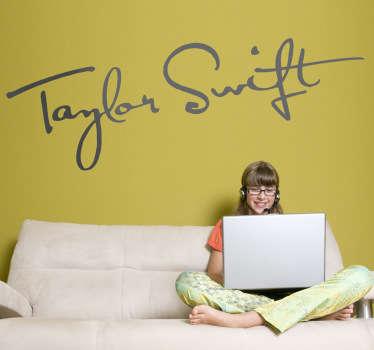 Adhesivo con el autógrafo de la cantante, actriz y compositora estadounidense de música country, Taylor Swift. Si adoras a esta artista no puede faltar este vinilo en tu habitación.