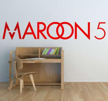 Adhesivo con las letras del grupo estadounidense Maroon 5. Banda ganadora de diferentes premios por su estilo de música pop.
