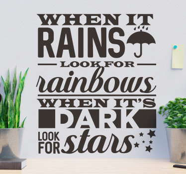 Motiverende muur citaat zelfklevende sticker met populaire gezegde '' wanneer het regent op zoek naar de regenboog. Dit ontwerp zal je inspireren en je huis verfraaien.