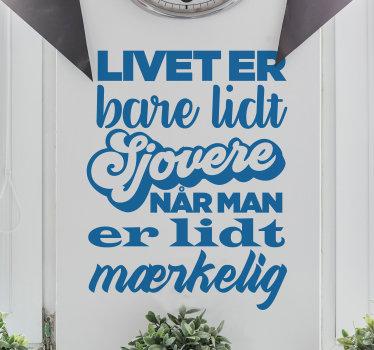 Et motiverende tekstvægklistermærke med indholdet '' livet er lidt sjovt. Dette design er i en smuk blå farve. Let at anvende design.