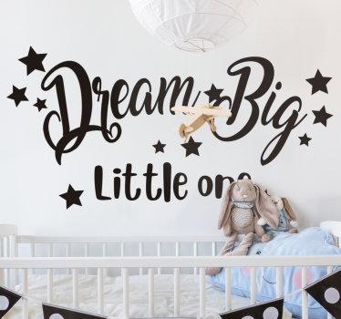 孩子们的卧室墙贴纸设计与开始和说婴儿梦想大的文本。这种设计将装饰您的婴儿托儿所,让您拥有美丽的睡眠。