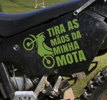 """Um autocolante decorativo para motas criado com texto """"Não toques na minha mota"""".  Não forma bolhas de ar ou vincos."""