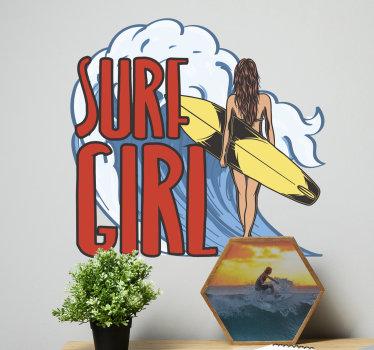 """一个女孩冲浪者墙贴纸,上面贴着一个女孩和她的冲浪板以及写着""""冲浪女孩""""的文字。这种设计在家里很不错。"""