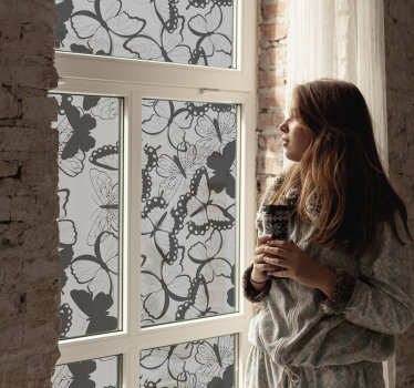 Autocolante translúcido para janela com um design composto por múltiplas borboletas. Esse produto pode ser usado na sala e no quarto.