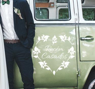 """Autocolante de casamento para carros com a expressão """"Recém casados"""" no centro de uma fantástico coração criadro com silhuetas de flores."""