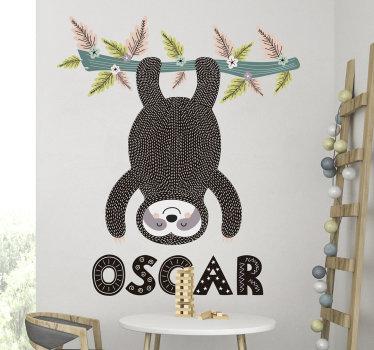 Vinilo pared original de animales de diseño para habitación infantil de animal jugando en un árbol en una posición invertida que a cualquier niño le encantaría.