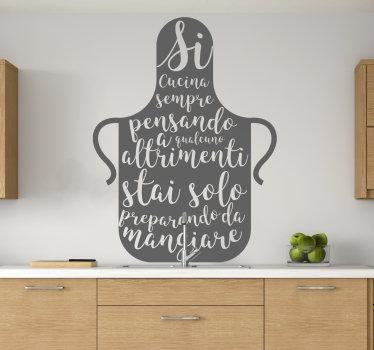 Acquista la nostra sticker  della cucina decorativa e facile da applicare progettata con una grande brocca da cucina e un testo che riguarda la cottura.