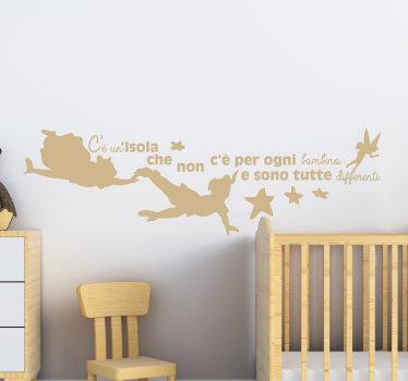 Adesivo murale fiaba facile da applicare per decorare lo spazio dei bambini. Sul disegno ci sono fate volanti che raggiungono l'altra est e una citazione testuale su di essa.