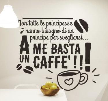 Adesivo decorativo da parete in vinile con la citazione popolare per bere un caffè. Su di esso ci sono una tazza di caffè e caratteristiche speciali.