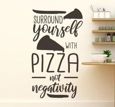 """Łatwa do zastosowania naklejka ścienna do kuchni z cytatem: """"otaczaj się pizzą, a nie negatywnością"""". Możesz wybrać dowolny kolor i rozmiar."""