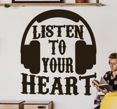 """Autocolante decorativo de frases de motivação pessoal com a expressão """"Listen to your heart"""" (em português, """"escuta o teu coração"""") com uns headphones em cima."""