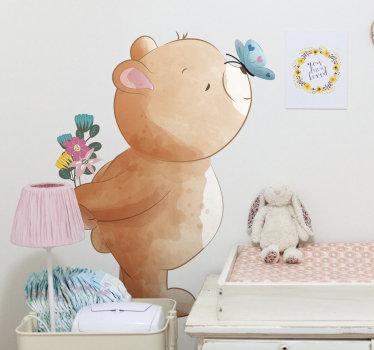 Kupite naš ukrasni zidni naljepnica za djecu stvoren dizajnom velikog medvjeda i leptira na njemu. Lijepa ideja za sobu djece.