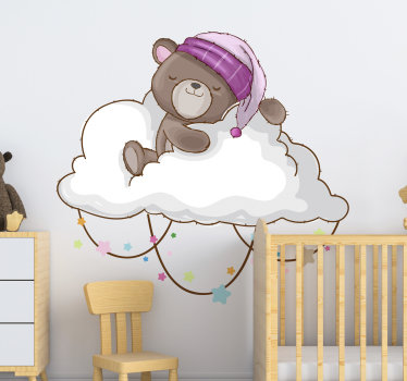 Vinilo decorativo fácil de aplicar para niños creado con un osito adorable. El diseño está disponible en diferentes opciones de tamaño.