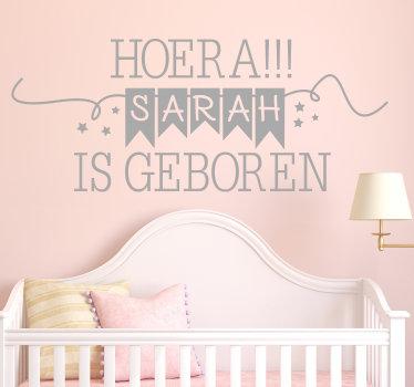 Decoratieve muursticker met aanpasbare naam om een pasgeboren kind in huis te verwelkomen. Het is gemaakt met een welkomsttekst met de naam erop.