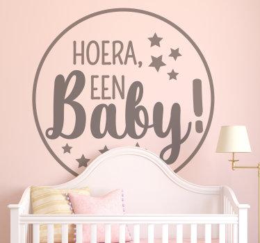 Decoratieve kinderkamer muurzelfklevende sticker om een pasgeboren kind te verwelkomen. Het is ontworpen met test '' hoera een baby ''. Verkrijgbaar in verschillende kleuropties.