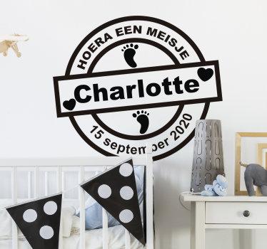 Decoratieve kinderkamer muurzelfklevende sticker personaliseerbaar met naam en geboortedatum van een baby om een pasgeboren meisje thuis te verwelkomen.