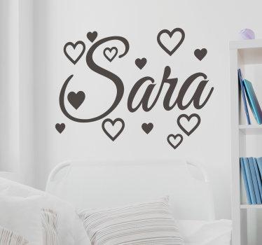 Diseño de vinilo adhesivo que se puede personalizar con un nombre. En el diseño hay formas de corazones con nombre en fuente de texto encantador que se pueden personalizar.