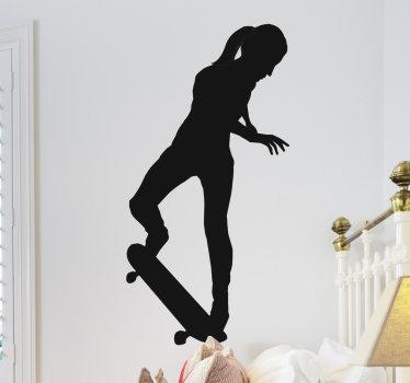 Un vinilo para pared de siluetas de una chica de patinaje en el monopatín. Es un diseño ideal para adolescentes y está disponible en diferentes opciones de color y tamaño.