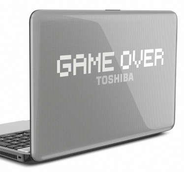 Hra přes nálepku notebooku