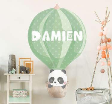 Hermoso vinilo decorativo con el diseño de un panda en un globo aerostático que se puede personalizar con un nombre. Fácil colocación.