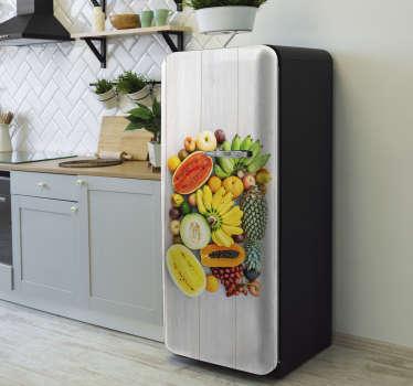 Agregue algunos colores a un espacio de cocina con esta vinilo para refrigerador diseñado con variedades de frutas agrícolas.