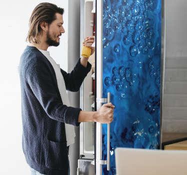 Sticker frigo avec le design de bulles d'eau sur fond bleu. Ce sticker décoratif est étonnant et est tout ce dont vous aviez besoin pour changer la décoration de votre cuisine.