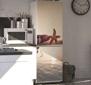 Compre nosso autocolante para frigorífico de uma imagem linda de uma estrela do mar ao pôr do sol e decore a sua casa de forma original.