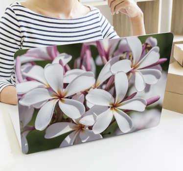 Diseño de vinilo para portátil de flor blanca y rosa diseñada en un hermoso color. Elíjalo en el tamaño que necesite para su portátil.