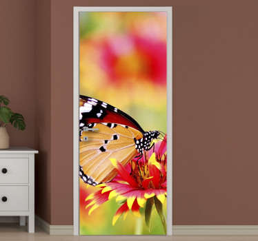 Sommerfugl ligger på blomsterdørklistermærke for at omdanne ethvert dørrum i hjemmet. Det kan tilpasses, så det passer til enhver ønsket overflade.