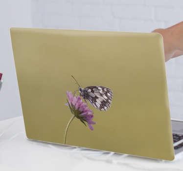 Vinilo portátil de mariposa lila sobre una flor. Un diseño para agregar un toque atractivo a la superficie de una computadora portátil.
