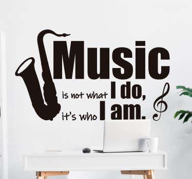 Klistermærke til musikvæg med design af et instrument og tekst, der siger''musik er ikke hvad jeg gør, men hvem jeg er ''. Det fås i forskellige farver