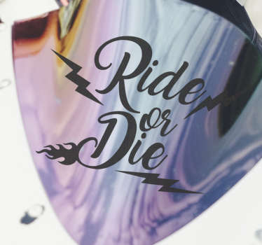 """Kolorowa naklejka na motor z tekstem """"Ride or Die"""", która pozwoli wyrazić Ci zapał i pasję. Wybierz w dowolnym rozmiarze i umieść na swoim pojeździe!"""