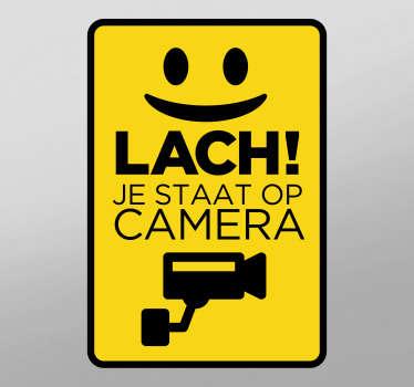 Bewegwijzering vinyl zelfklevende sticker voor veiligheidswaarschuwing met camera en tekst met de tekst '' smile you're on camera. Koop het in elke gewenste maat.