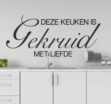 Keuken muur vinyl zelfklevende sticker ontworpen met tekst in een mooie stijl en manier. De inhoud zegt '' de keuken is met liefde gekruid ''.