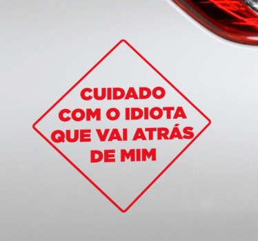 """Autocolante decorativo de texto para carros com o texto """"Cuidado com o idiota que vai atrás de mim"""" para enlouquecer os que o seguem na estrada."""