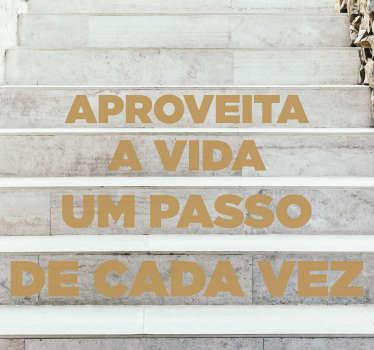 """Autocolante decorativo de texto para escadas e decorar a sua casa ou escritório criado com o texto motivacional """"Aproveita a vida um passo de cada vez""""."""