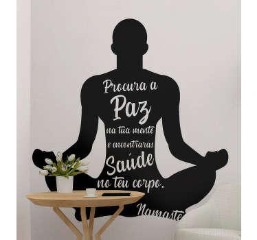 """Autocolante decorativo de motivação pessoal com """"Procura a paz na tua mente e encontrarás saúde no teu corpo. Namasté"""" numa silhueta de um homem a meditar."""
