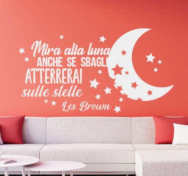 Disegno decorativo dell'autoadesivo della parete domestica creato con testo e stelle motivazionali. Una decorazione ideale per uno spazio di soggiorno.