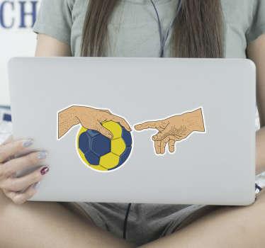 Autocollant décoratif en vinyle pour ordinateur portable avec la conception d'un handball et la main d'un joueur. Facile à appliquer et disponible en différentes tailles.