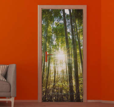 Dekorativer Tür-Vinylaufkleber mit dem Design eines dichten Waldes mit  Sonnenstrahlen im visuellen 3D-Effekt. In jeder gewünschten Größe erhältlich.