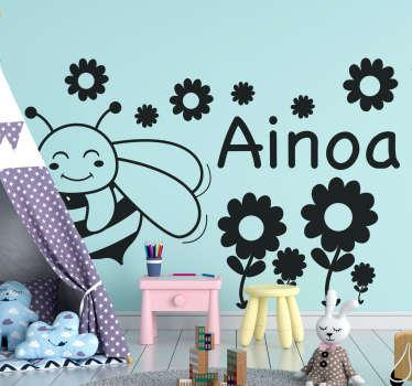 Illustrativer Kinder Wandaufkleber mit einem Entwurf von Biene und Blumen. In jeder gewünschten Größe erhältlich. Einfach aufzutragen und selbstklebend.