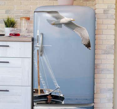 Vinyl zelfklevende sticker koelkastomslag om een koelkast te versieren met de afbeelding van een zeemeeuw die over een schip vliegt. Het is verkrijgbaar in elke gewenste afmeting.